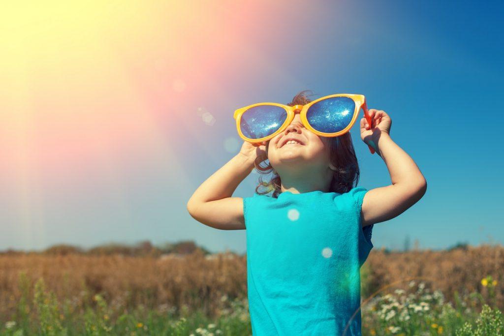 Child wearing an oversized sunglasses